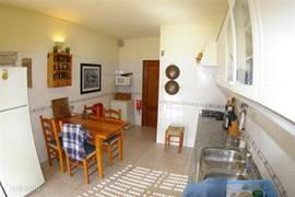 Keuken met grote ijskast kast, wasmachine, droger, afwasmachine etc.