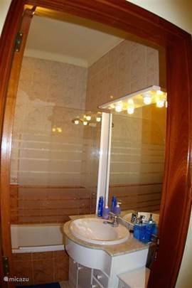 2e Badkamer met douche bad , douche deur, toilet, bidet en wastafel.