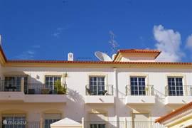 Van links naar rechts: Woonkamer, Keuken, 2e slaapkamer, 3e slaapkamer/kantoor/ouder slaapkamer. Allen met toegang tot eigen balkon of terras.