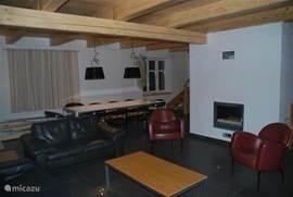 Ruime woonkamer met openhaard en geheel voorzien van vloerverwarming