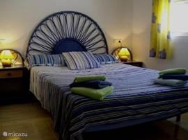 De grootste slaapkamer beschikt over een 2 persoonsbed en een inbouwkast.
