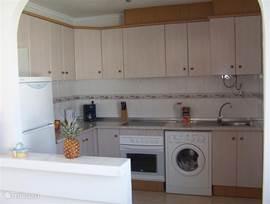 De ruime halfopen keuken beschikt over alle gemakken die u zich op een vakantie wenst.