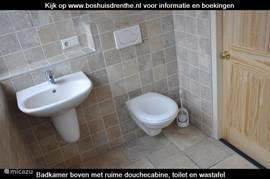 De tweede badkamer boven is prachtig afgewerkt en beschikt over een wastafel, een toilet en een heerlijke ruime douchecabine.