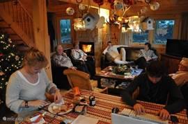 De woonkamer is rondom de kerstdagen altijd extra gezellig met de kerstboom, versiering, openhaard en de grote eettafel!
