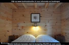 Grote slaapkamer beneden is luxe ingericht met 2 heerlijke eenpersoons boxsprings van 90x200 cm. Lekkere dekbedden en kussens maken het helemaal af. Uw nachtrust is ons veel waard!