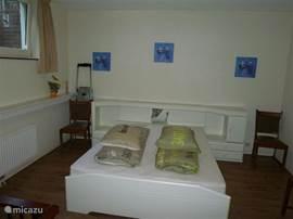grote slaapkamer met plaats voor kinder ledikant