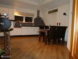 keuken met deur naar berging en dubbele deur naar terras