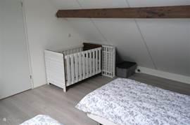 slaapkamer op etage met 2 x eenpersoons bed en een kinderbed tot ongeveer 2,5 jaar incl. box etc