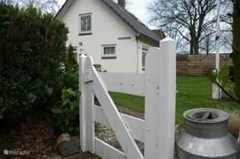 entree tuin met pad naar woning
