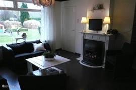 woonkamer met openhaard en LCD TV