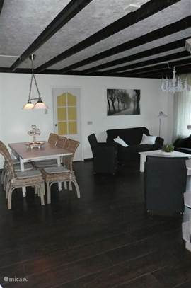 woonkamer met eettafel voor 6 personen