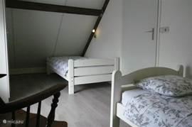 slaapkamer op etage met 2 x eenpersoons bed