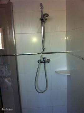 inloopdouche in de badkamer boven