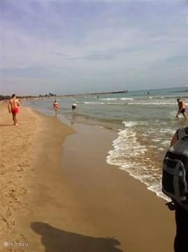 Het in september rustige strand in Sagunto. Tijdens de zomermaanden is het hier een stuk drukker. Het strand loopt hier zo langzaam af dat het voor kleine kinderen ideaal is.