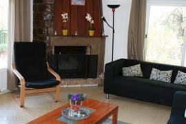 Woonkamer met twee banken en een luie stoel