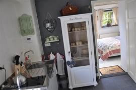 De kitchenette met openslaande tuindeuren naar terras en doorloop naar de Tuinkamer.