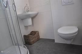 U beschikt over twee eigen badkamers met douche, wastafel en toilet.