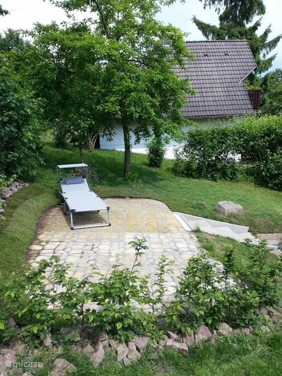 Ligstoel om lekker achter het huis te genieten van de zon.