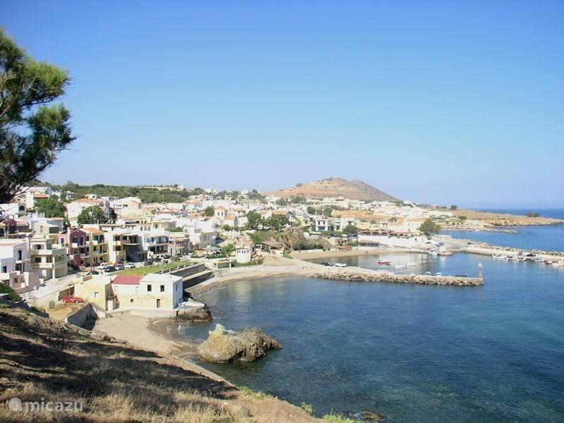 Zandstranden en dorp