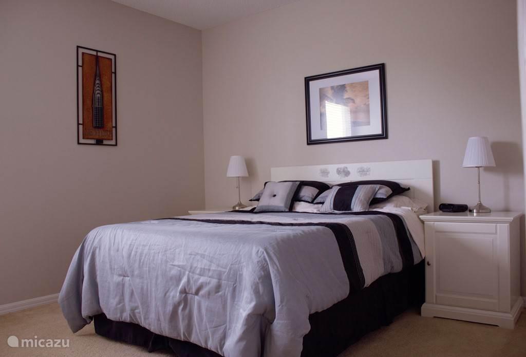 Master bedroom 1. voorzien van een queen-size bed, grote ladekast, inloopkast en eigen badkamer.