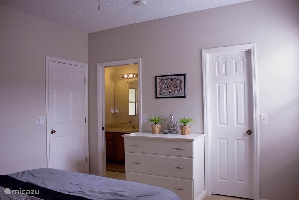 Mater bedroom 1. met zicht op de badkamer.