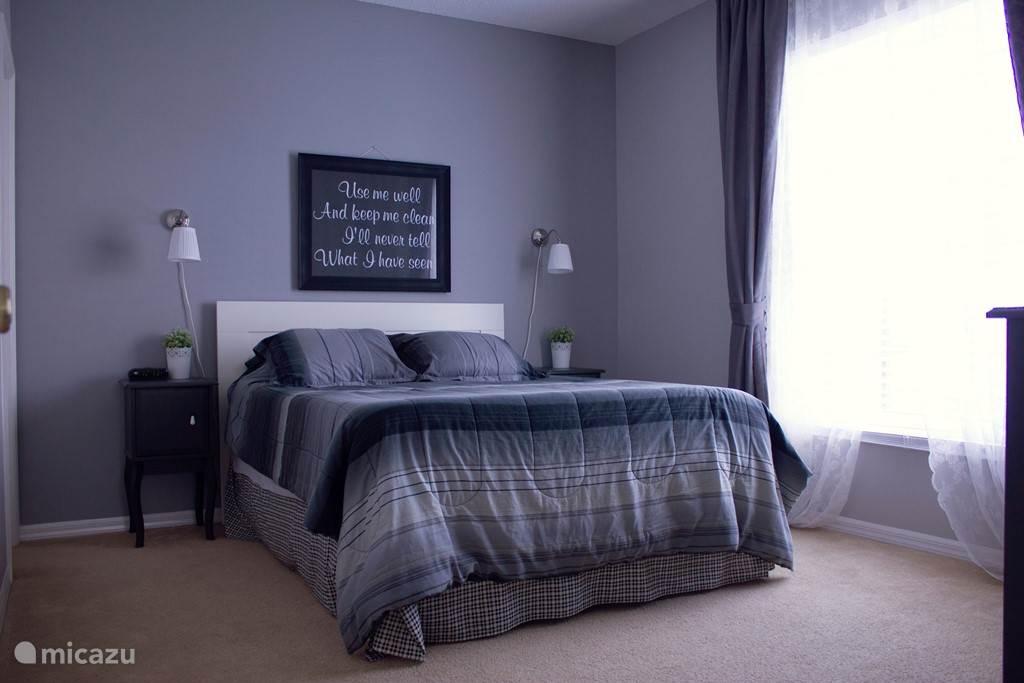 Master bedroom 2. voorzien van een queen-size bed, grote ladekast, inloopkast,tv met ingebouwde dvd speler en eigen badkamer.