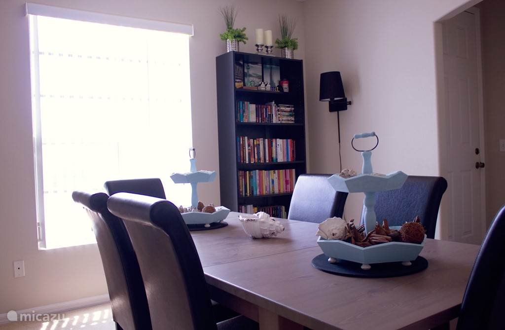 In de formal dinning room bevind zich een boekenkast voorzien van boeken en diverse spelletjes.