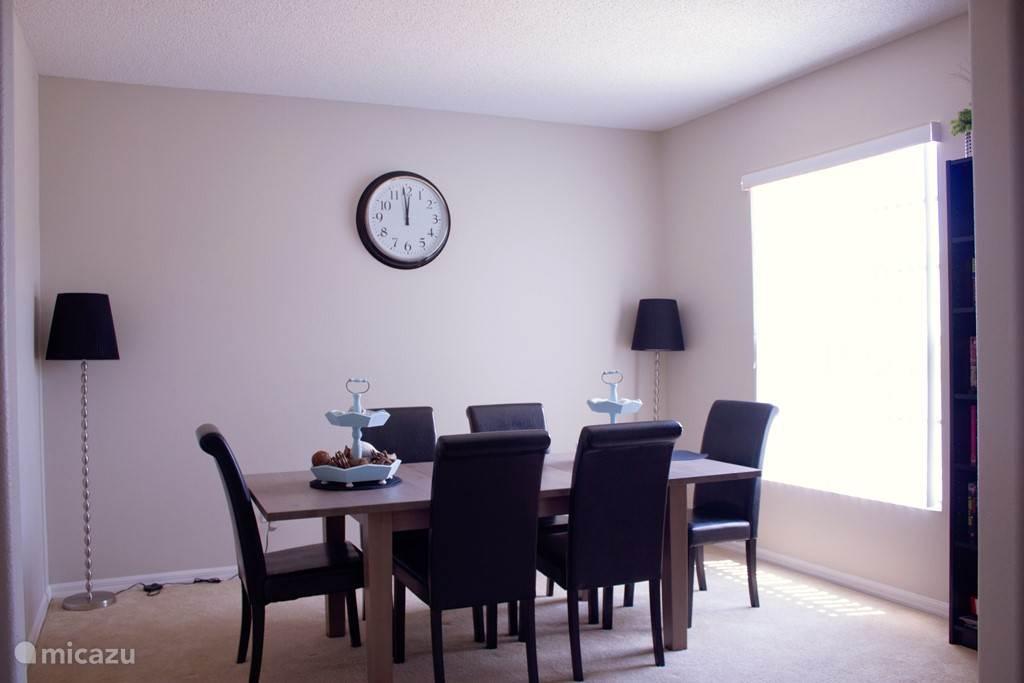De formal dinning room, met zes personen riant van het diner genieten, uiteraard kunt u de 4 stoelen van de ontbijthoek bij plaatsen om met 10 aan te schuiven.