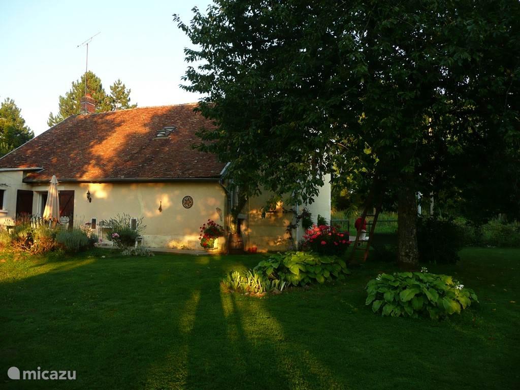 Een ruim en comfortabel vrijstaand vakantiehuis. Ligging op en heuvel in het hart van de Bourgogne. Met een zeer grote veilige omheinde tuin. Achter kant van het huis met ruim terras en grote tuin.