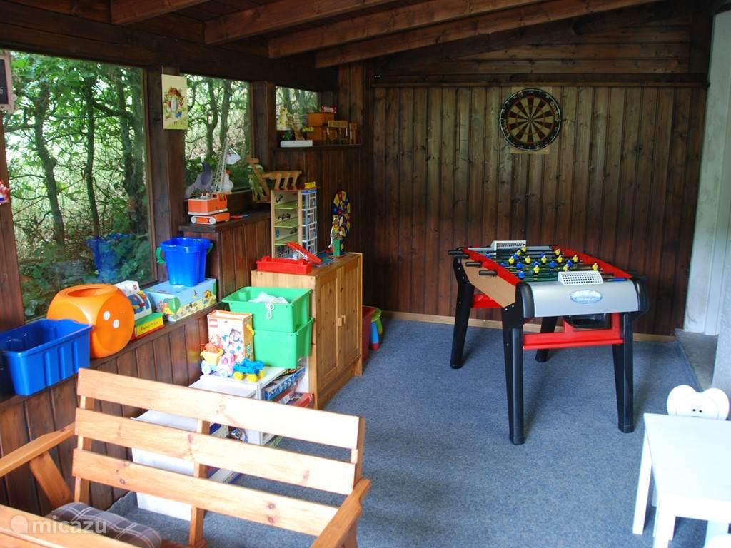 Op de begane grond bevindt zich de 'Wintergarten' waar de kinderen in de zomer heerlijk kunnen spelen met een voetbalspel, een poppenhuis, een dartbord, speelgoed en vele (bord)spellen..