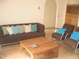 De woonkamer van het gastenverblijf, met airco. De woonkamer is voorzien van flatscreen met cd speler en stereo installatie.  De t.v. is voorzien van Nederlandstalige zenders.