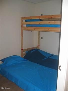 Het onderschuif bed en het stapelbed van het gastenverblijf.