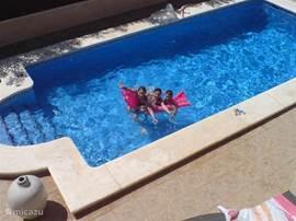 De kinderen zullen zich goed vermaken in het zwembad. Het zwembad kan in het voor- en na seizoen verwarmd worden.