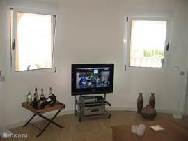 De flatscreen t.v. voorzien van nederlandse tv zenders.