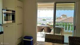 Vanuit de keuken loop je zo het overdekte terras op met een royale eettafel met 6 stoelen.