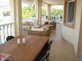 Het balkon. Vanuit de keuken loop je via de schuifpui het terras op met eettafel en 6 stoelen en lounge zitje. Het balkon is voorzien van 3 elektrische zonneschermen.