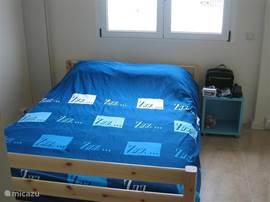 Slaapkamer 2 met inbouwkast. Vanuit deze slaapkamer kan men naar de badkamer met douche, toilet en wastafel.   Deze slaapkamer is voorzien van airco.