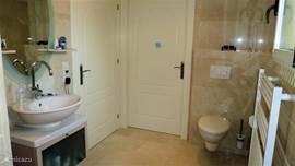 De badkamer behorende bij slaapkamer 1 en 2 vanuit de andere zijde. De 2 deuren gaan naar slaapkamer 1 en 2.