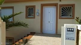 De voordeur van de villa Zowel in de villa als het gastenverblijf zijn voorzien van aparte alambeveiliging.