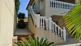 De rechter zijgevel met de trap naar het balkon.