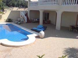 Het zwembad direct voor de deur.  Dit kan in het voor en na seizoen verwarmd worden. Afmetingen 9 x 5 meter. diepste punt is 2 meter.
