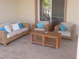De luxe loungeset van het gastenverblijf direct vanuit de hoofd slaapkamer te bereiken via de schuifdeuren.