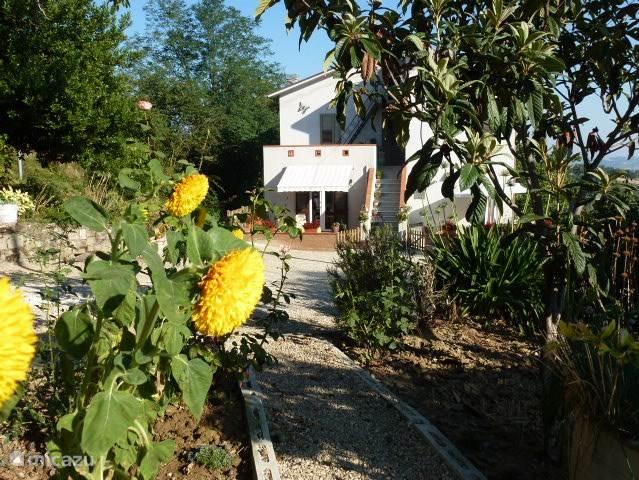 appartement il Gaudente ligt op de begane grond van een boerenwoning. Het huis is vrijstaand en ligt in de heuvels aan een doodlopend weggetje met zeer weinig verkeer. Er is slechts één appartement, er zijn dus geen andere gasten, alleen de bewoners en twee huisdieren.