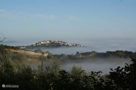 Vanaf het terras tussen de olijfbomen heb je prachtig uitzicht op dit dorpje, Cellino.  Deze foto is genomen op een vroege ochtend met laaghangende mist. Het landschap doet dan sprookjesachtig aan als de toppen van de heuvels met de dorpjes erop boven de mist uitkomen.