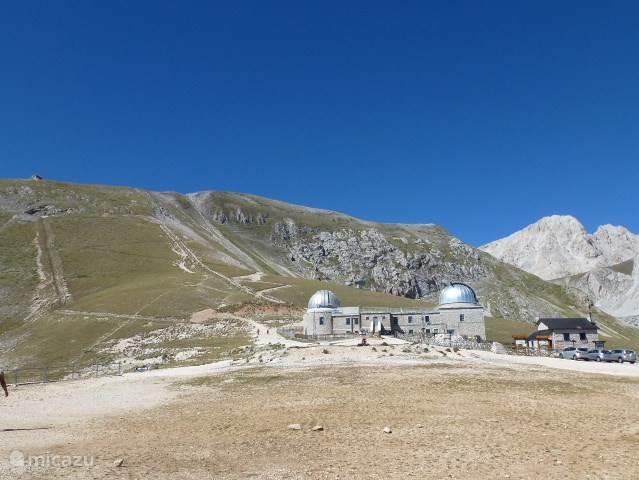 Het Gran Sasso gebergte. Boven op de Campo Imperatore, staat een astronomisch observatiecentrum. Tot hier kun je met de auto komen. Voor de echt wandel/ klim liefhebbers is het de moeite waard om hier te voet verder te gaan naar de gletsjer. Er zijn hier prachtige wandelroutes, oefening vereist.
