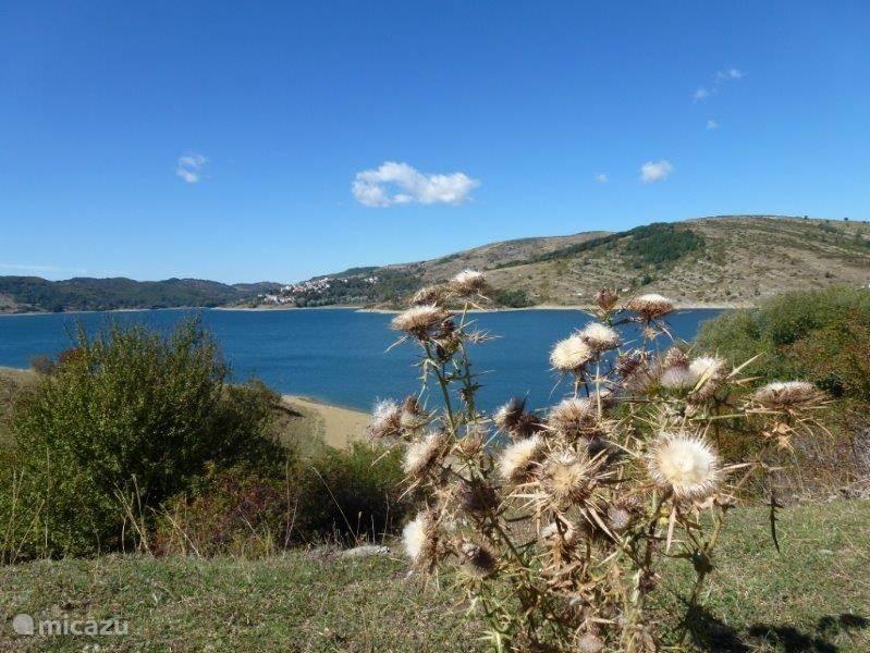 Ook in Parco Nazionale Gran Sasso, Lago di Campotosto. Op een hoogte van ruim 1300 meter ligt het midden in het natuurreservaat waardoor de natuur nog ongerept is gebleven. Er is om het stuwmeer een 50km lang wandelpad, ook geschikt voor fietsers.