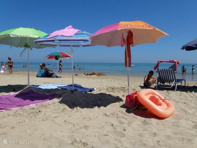 Het zandstrand van Pineto. Het strand is deels vrij en deels prive. Maar op de prive stranden kan iedereen een stoel en een parasol huren. Wie vanuit Pineto naar het zuiden wandelt, ziet de toren van Cerrano op het strand staan.