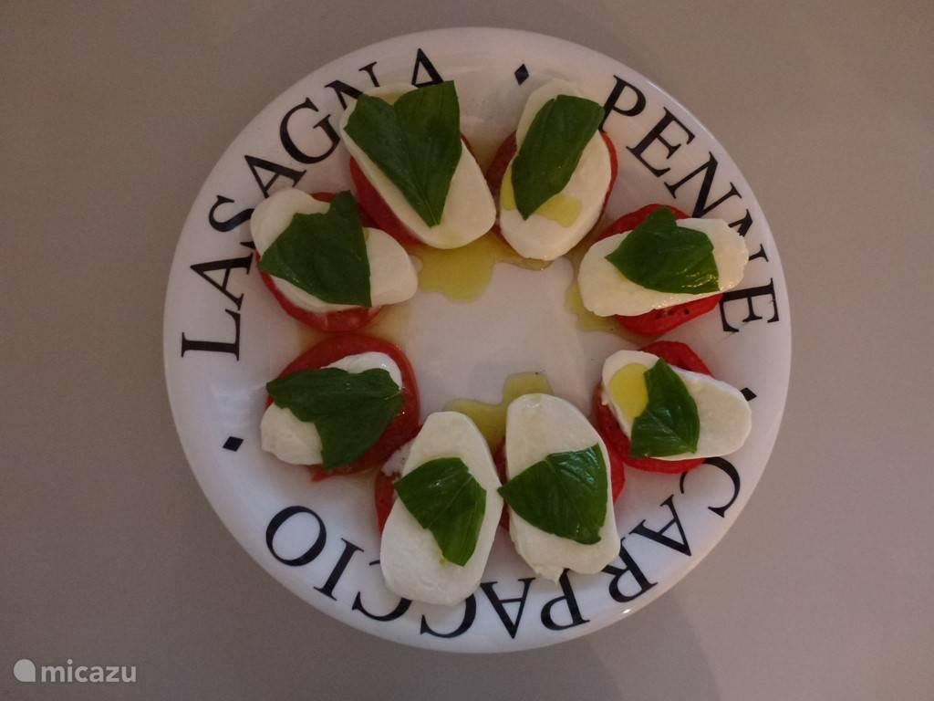 biologische zongerijpte tomaten uit eigen tuin, heerlijk met mozzarella en basilicum