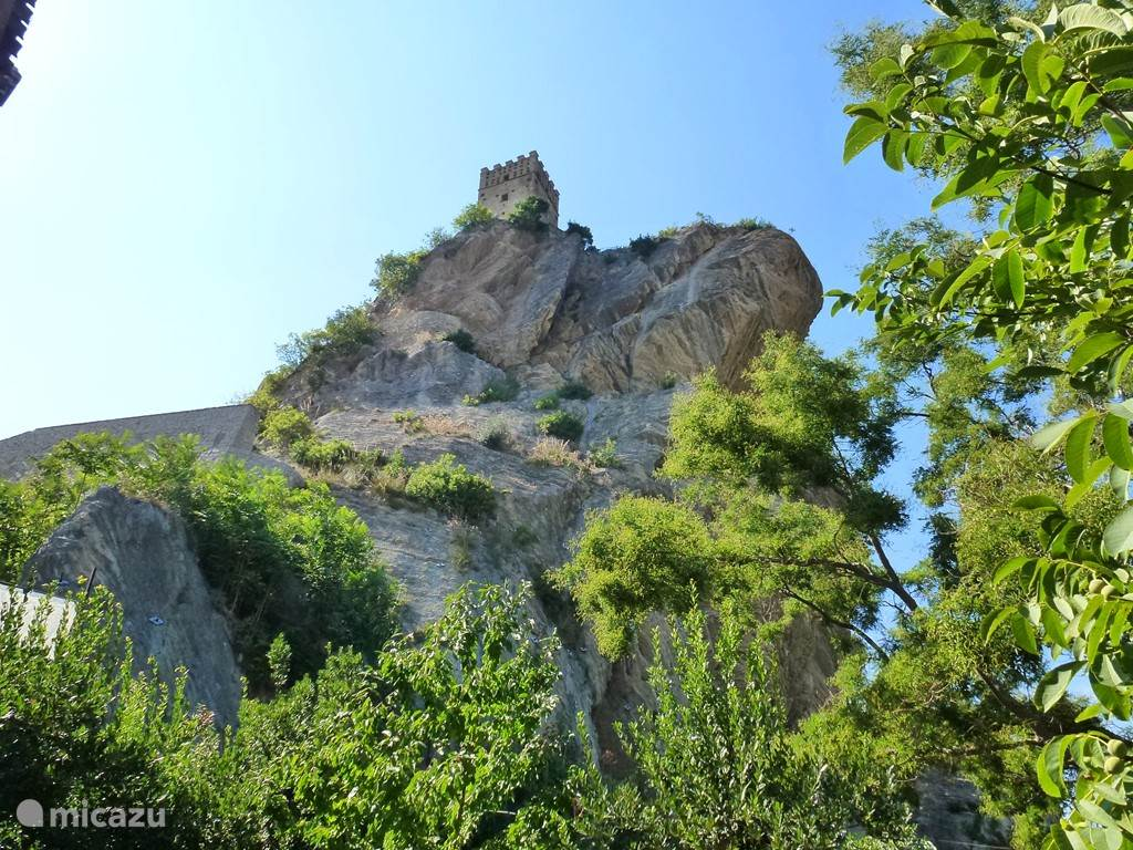 The castle perched on rocks in Roccascalegna
