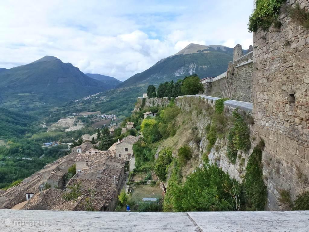 in het noorden van Abruzzo een prachtig uitzicht op de vesting van Civitella del Tronto